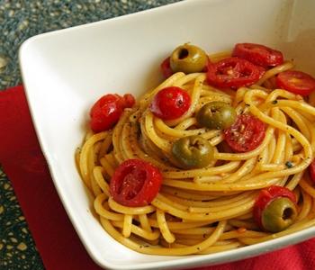 spaghetti con pomodorini acciughe e olive