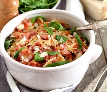 pasta fredda: pancetta pachino rucola e parmigiano