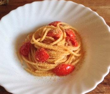 spaghetti con pomodorini e pangrattato tostato