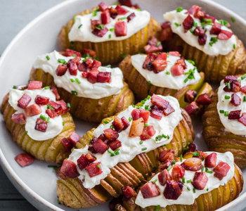 patate hasselback con speck panna acida ed erba cipollina