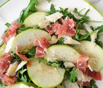 insalata rucola prosciutto crudo mele e parmigiano