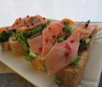 bruschette salmone affumicato radicchio e vinaigratte
