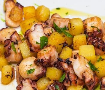 polpo arrosto con patate e pesto di rucola